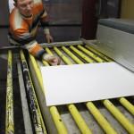 Станок валковой покраски. Резиновый конвейер компенсирует перепады толщины стекла, тем самым гарантирует равномерность прокраса, одинаковую толщину слоя краски, и позволяет избежать капель и сгустков рядом с передней и задней кромками стекла.